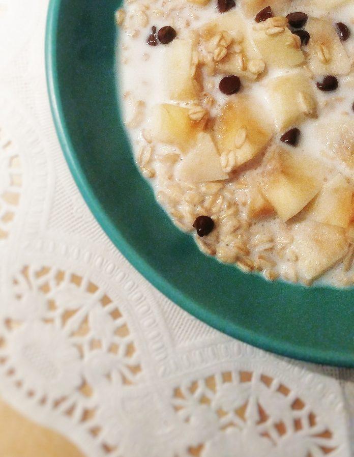 porridge overnight con latte mele e gocce di cioccolato fondente